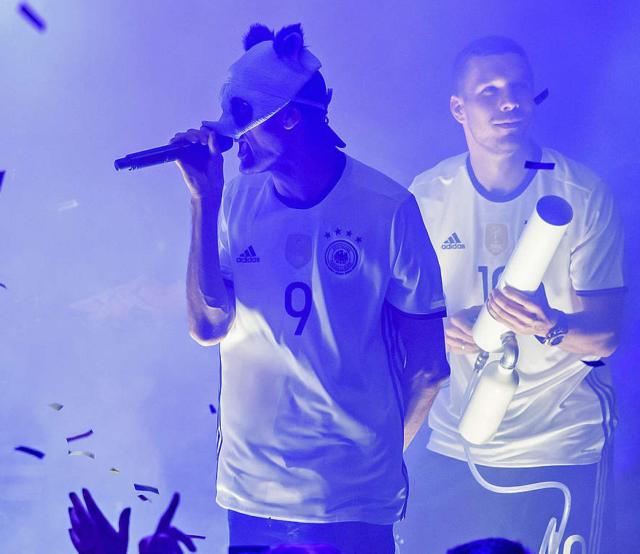 Cro und Lukas Podolski mit unserer T-Shirt Kanone
