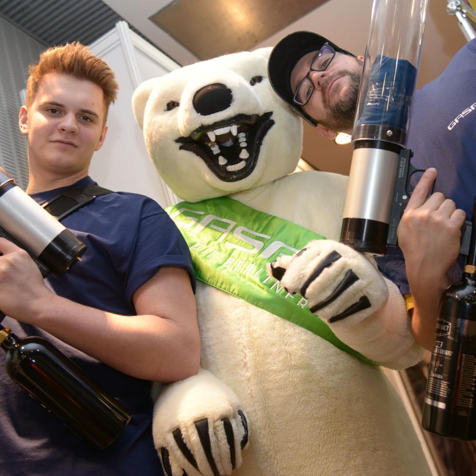 GASAG Sechstagerennen Mario und Kevin mit dem Eisbär