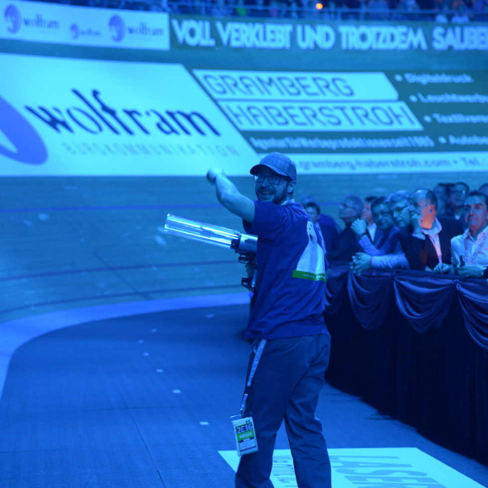 In Action mit T-Shirt Kanone für die Fans beim GASAG Sechstagerennen in Berlin.