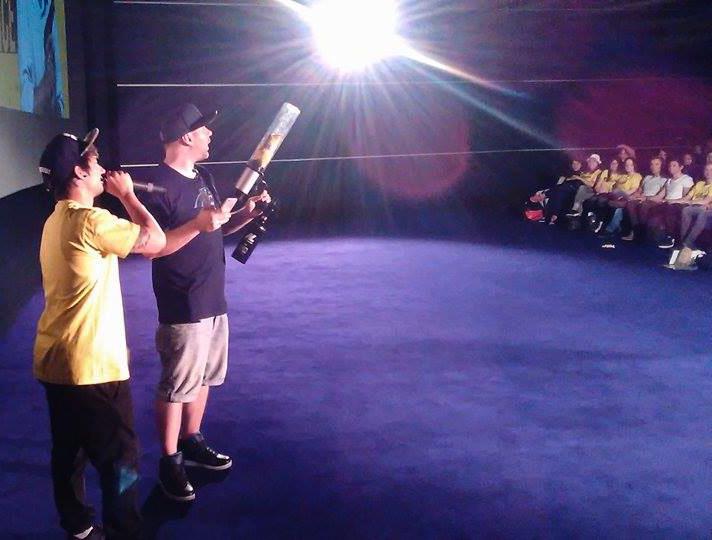 Julien Bam mit unserer T-Shirt Kanone bei der Social Movie Night