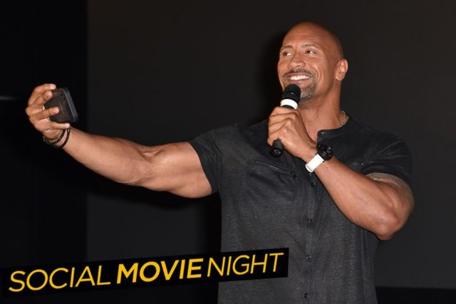 dwayn the rock johnson in berlin bei der social movie night samt t-shirt kanone