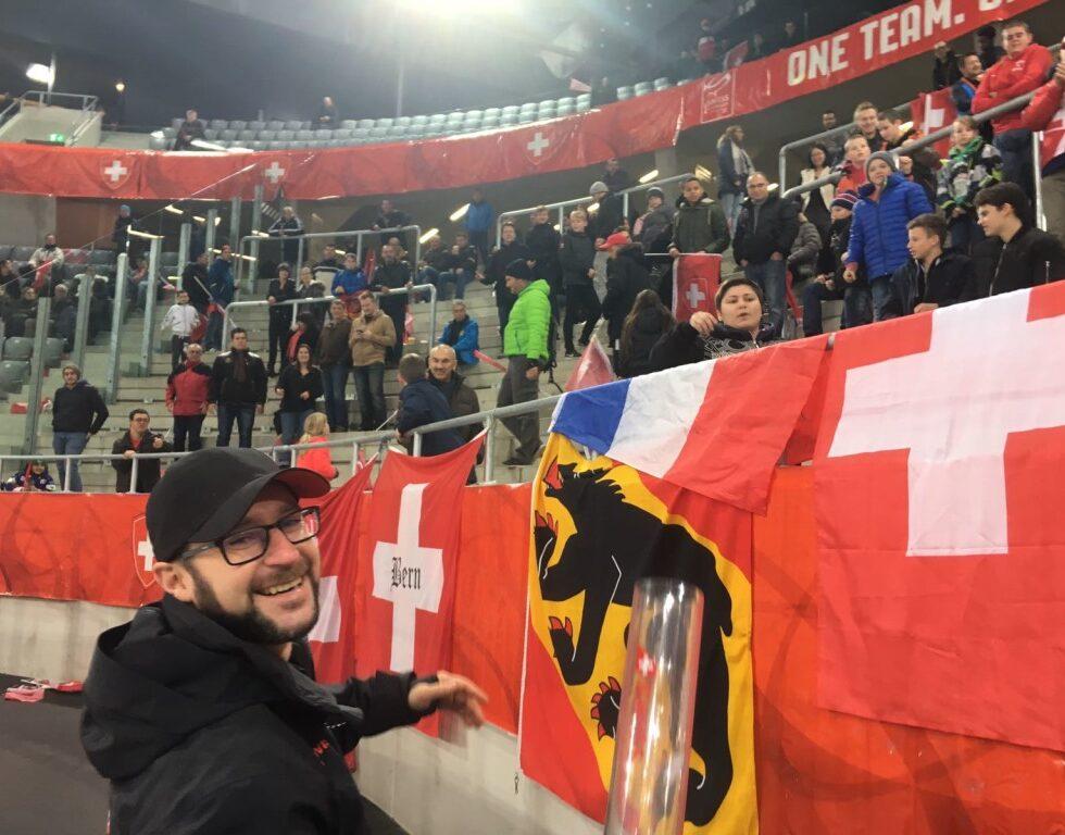 Swiss Eishockey in Biel_Fanblock mit T-Shirt Booster_Promotion