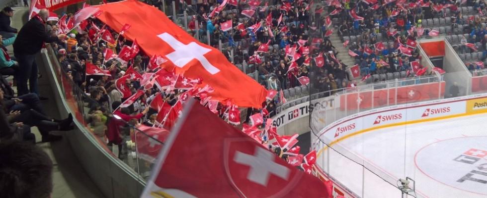 Swiss Ice Hockey Challenge in der Tissot Arena Fanblock mit Fahne