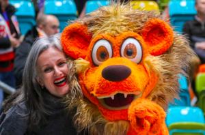 maskottchen buchen Service Löwe mit fan