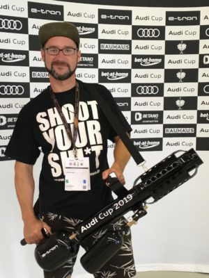promoter Mario mit t-shirt Kanone audi cup Bayern München fussball
